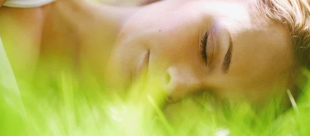 Fotolia schlafende Frau in Wiese 1024×450